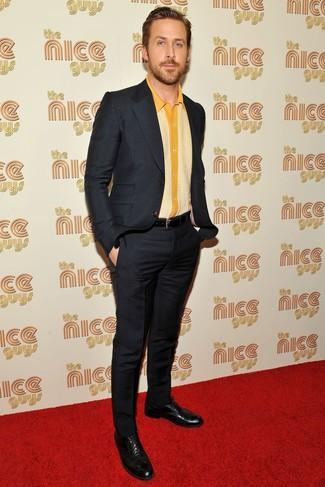 Как Ryan Gosling носит Черный костюм, Желтая рубашка с коротким рукавом, Черные кожаные броги, Черный кожаный ремень