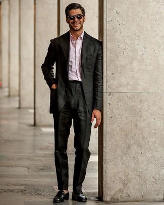 Как и с чем носить: черный костюм, розовая рубашка с длинным рукавом, черные кожаные лоферы