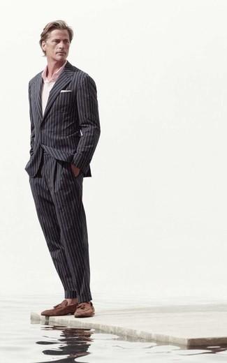С чем носить черный костюм в вертикальную полоску: Черный костюм в вертикальную полоску в сочетании с розовой футболкой-поло поможет подчеркнуть твою индивидуальность и выигрышно выделиться из серой массы. Любители модных экспериментов могут дополнить ансамбль коричневыми замшевыми лоферами с кисточками, тем самым добавив в него немного утонченности.