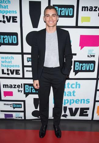 Модный лук: Черный костюм, Серая футболка с круглым вырезом, Черные кожаные оксфорды