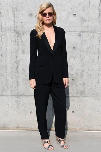Как и с чем носить: черный костюм, серебряные кожаные босоножки на каблуке, розовые солнцезащитные очки