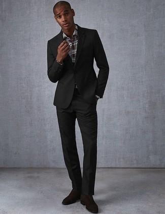 Темно-коричневые замшевые оксфорды: с чем носить и как сочетать: Черный костюм в паре с темно-коричневой классической рубашкой в шотландскую клетку — олицетворение элегантного стиля. Темно-коричневые замшевые оксфорды великолепно впишутся в ансамбль.