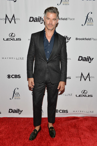 Черные кожаные лоферы: с чем носить и как сочетать мужчине: Черный костюм в паре с темно-синей классической рубашкой — великолепный пример элегантного стиля. Дерзкие мужчины завершат образ черными кожаными лоферами.