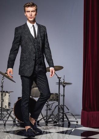 Как и с чем носить: черный костюм-тройка с цветочным принтом, белая классическая рубашка, черные замшевые лоферы, черный галстук