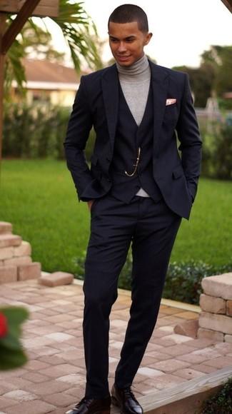Как и с чем носить: черный костюм-тройка, серая водолазка, черные кожаные туфли дерби