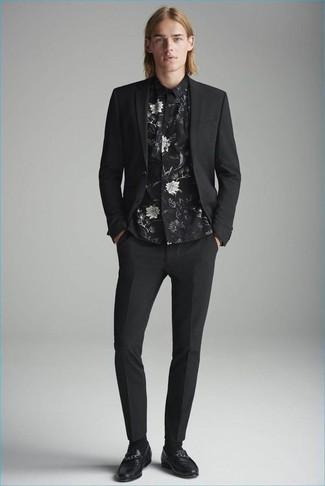 Как и с чем носить: черный костюм, черная классическая рубашка с цветочным принтом, черные кожаные лоферы, черные носки