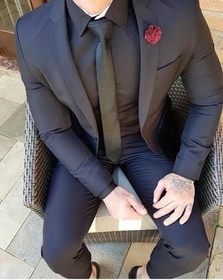 Как и с чем носить: черный костюм, черная классическая рубашка, черный галстук, красная мужская брошь