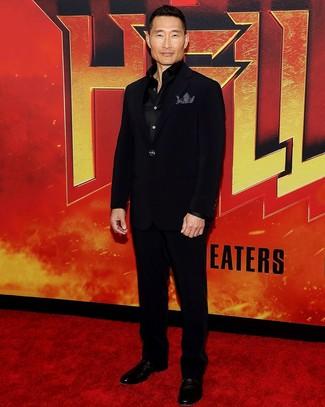 Как Daniel Dae Kim носит Черный костюм, Черная шелковая рубашка с длинным рукавом, Черные кожаные туфли дерби, Черно-белый нагрудный платок в горошек