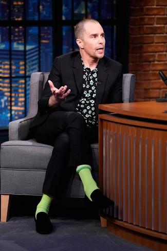 Как и с чем носить: черный костюм, черная рубашка с коротким рукавом с цветочным принтом, черные бархатные лоферы, зеленые носки