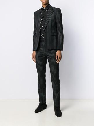 Как и с чем носить: черный костюм в вертикальную полоску, черно-белая классическая рубашка с принтом, черные замшевые ботинки челси, черный кожаный ремень