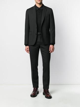 Как и с чем носить: черный костюм, черный свитер с воротником поло, темно-красные кожаные повседневные ботинки, черный кожаный ремень