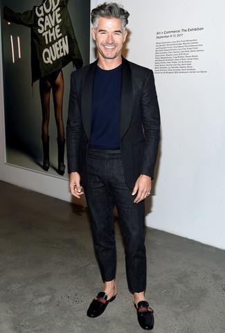 Модные мужские луки 2020 фото в стиле смарт-кэжуал: Сочетание черного льняного костюма и темно-синей футболки с круглым вырезом может стать отличным образом для офиса. Любишь яркие образы? Закончи лук черными кожаными лоферами.