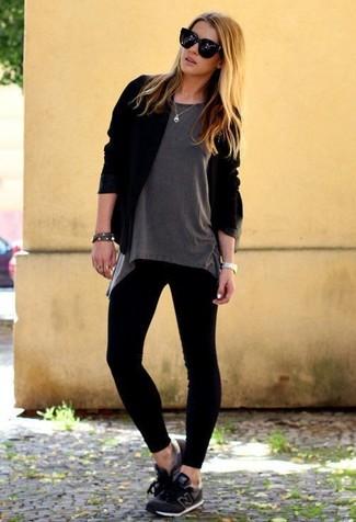 Как и с чем носить: черный открытый кардиган, серая футболка с круглым вырезом, черные леггинсы, черные кроссовки