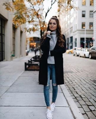 Как и с чем носить: черный открытый кардиган, серый свитер с хомутом, синие рваные джинсы скинни, белые низкие кеды
