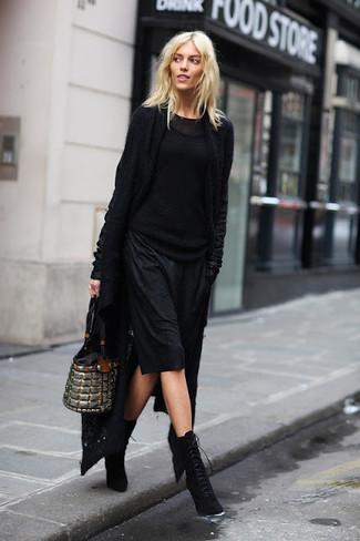 Как и с чем носить: черный вязаный открытый кардиган, черный вязаный свитер, черное платье-комбинация, черные замшевые ботильоны на шнуровке