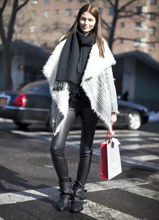 Как и с чем носить: черный палантин, серая короткая дубленка, черные кожаные леггинсы, черные кожаные ботильоны