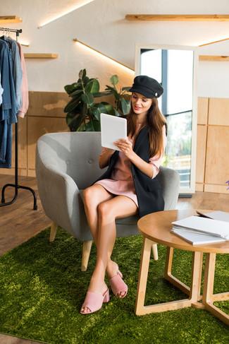 Как и с чем носить: черный пиджак без рукавов, розовое платье прямого кроя, розовые замшевые сабо, черная кепка