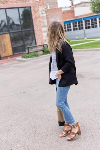Как и с чем носить: черный пиджак, белая кружевная блуза с коротким рукавом, голубые джинсы скинни, коричневые кожаные босоножки на каблуке