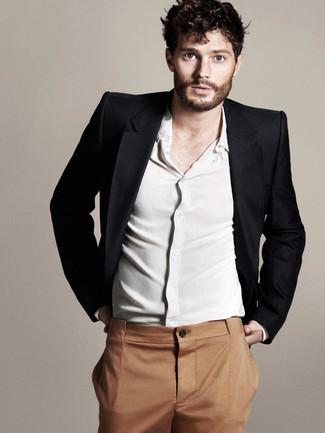 Как Jamie Dornan носит Черный пиджак, Белая рубашка с длинным рукавом, Табачные классические брюки