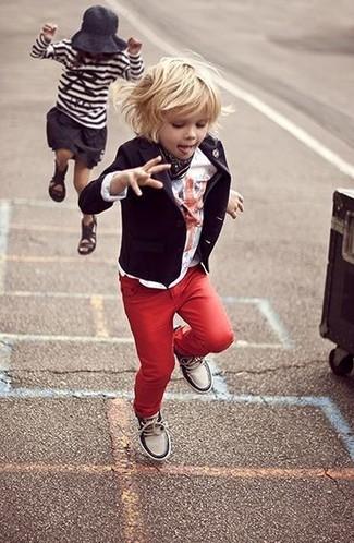 Темно-красные джинсы: с чем носить и как сочетать мальчику: