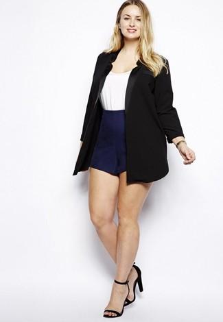 Как и с чем носить: черный пиджак, белая футболка с круглым вырезом, темно-синие шорты, черные замшевые босоножки на каблуке
