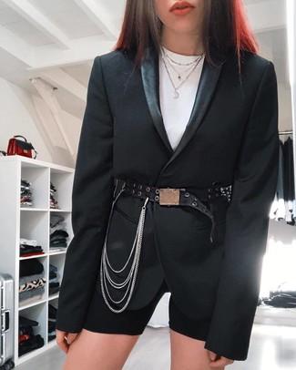 Как и с чем носить: черный пиджак, белая футболка с круглым вырезом, черные велосипедки, черный кожаный пояс с украшением