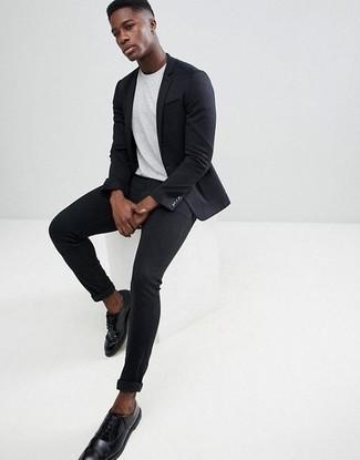 Белая футболка с круглым вырезом: с чем носить и как сочетать мужчине: Белая футболка с круглым вырезом и черные зауженные джинсы — замечательная формула для создания привлекательного и несложного лука. В сочетании с черными кожаными туфлями дерби такой лук смотрится особенно выгодно.