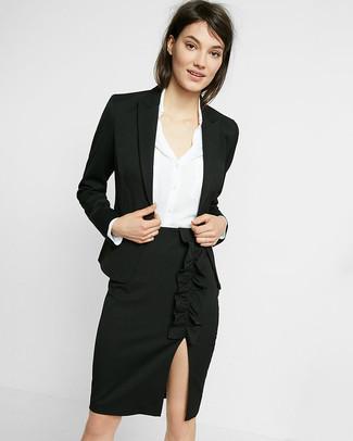 Как и с чем носить: черный пиджак, белая шелковая классическая рубашка, черная юбка-карандаш с разрезом