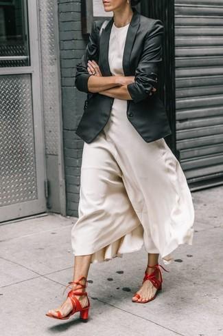 Как и с чем носить: черный пиджак, белое шелковое платье-макси, красные кожаные босоножки на каблуке, черная кожаная сумка-саквояж