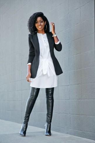 Как и с чем носить: черный пиджак, белое платье-рубашка, черные кожаные ботфорты, серебряные часы
