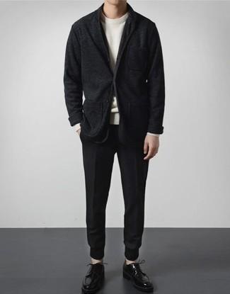 Мужские луки: Белый свитер с круглым вырезом и темно-синие брюки чинос будут отлично смотреться в стильном гардеробе самых требовательных парней. Хочешь добавить сюда толику строгости? Тогда в качестве обуви к этому ансамблю, обрати внимание на черные кожаные туфли дерби.