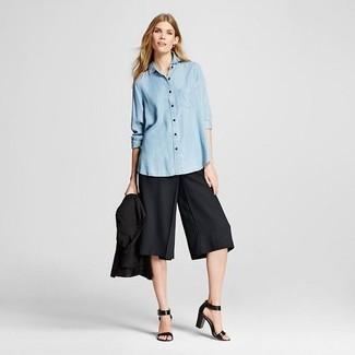 Как и с чем носить: черный пиджак, голубая классическая рубашка из шамбре, черные брюки-кюлоты, черные кожаные босоножки на каблуке