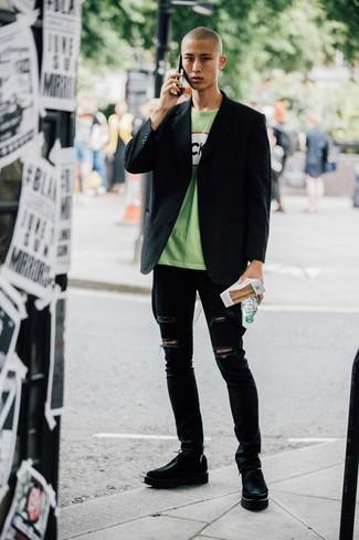 Как и с чем носить: черный пиджак, зеленая футболка с круглым вырезом с принтом, черные рваные зауженные джинсы, черные кожаные массивные туфли дерби