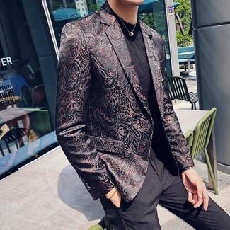 Как и с чем носить: черный пиджак из парчи, черная футболка с круглым вырезом, черные классические брюки
