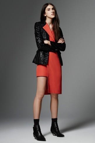 Как и с чем носить: черный пиджак с пайетками, красное платье-смокинг, черные кожаные ботильоны, черные носки