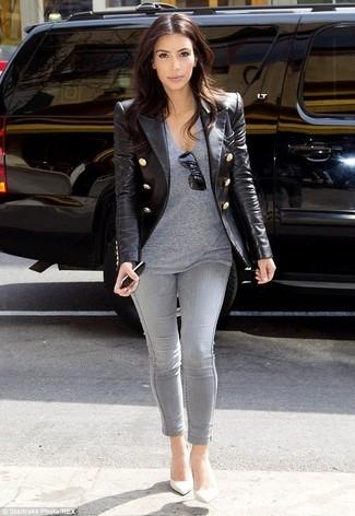 Как Kim Kardashian носит Черный кожаный пиджак, Серая футболка с v-образным вырезом, Серые джинсы скинни, Белые кожаные туфли