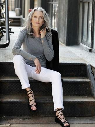 Как одеваться женщине за 50: Практичное сочетание черного пиджака и белых брюк чинос вне всякого сомнения будет обращать на тебя восхищенные взгляды. Выбирая обувь, можно немного пофантазировать и завершить лук черными кожаными гладиаторами.