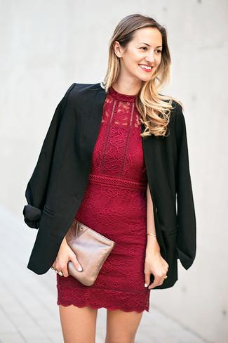 Как и с чем носить: черный пиджак, темно-красное кружевное облегающее платье, серебряный кожаный клатч