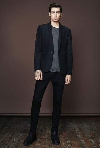 Модный лук: черный пиджак, темно-серая футболка с круглым вырезом, черные брюки чинос, черные кожаные монки