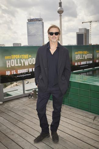 Как и с чем носить: черный пиджак, темно-синяя футболка-поло, темно-синие классические брюки, темно-серые замшевые оксфорды