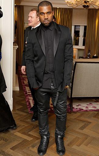 Как Kanye West носит Черный шелковый пиджак, Черная классическая рубашка, Черные кожаные джинсы, Черные кожаные высокие кеды
