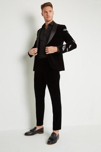 Как и с чем носить: черный бархатный пиджак, черная классическая рубашка, черные бархатные классические брюки, черные бархатные лоферы с кисточками