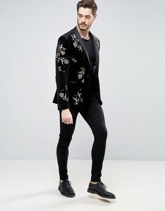 Как и с чем носить: черный бархатный пиджак с вышивкой, черная футболка с круглым вырезом, черные брюки чинос, черные кожаные туфли дерби