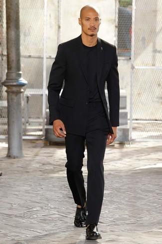 Модный лук: черный пиджак, черная футболка с круглым вырезом, черные классические брюки, черные кожаные оксфорды