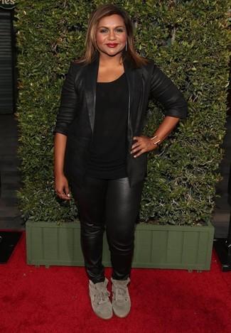 Как и с чем носить: черный кожаный пиджак, черная футболка с круглым вырезом, черные кожаные узкие брюки, бежевые замшевые высокие кеды