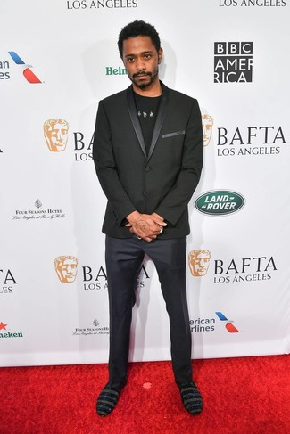 Как и с чем носить: черный пиджак, черно-белая футболка с круглым вырезом с принтом, темно-синие классические брюки, черные замшевые лоферы с украшением