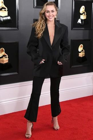 Как и с чем носить: черный пиджак, черные брюки-клеш, черно-золотые кожаные босоножки на каблуке, белые серьги