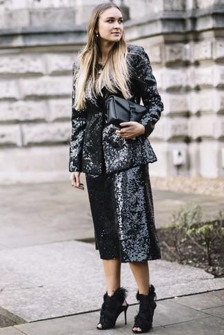 Как и с чем носить: черный пиджак с пайетками, черные брюки-кюлоты с пайетками, черные меховые босоножки на каблуке, черный кожаный клатч
