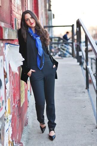 Модный лук: Черный бархатный пиджак, Черный комбинезон, Черные кожаные туфли, Синий шарф с принтом