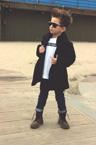 Как и с чем носить: черный плащ, белая футболка, темно-синие джинсы, темно-коричневые ботинки